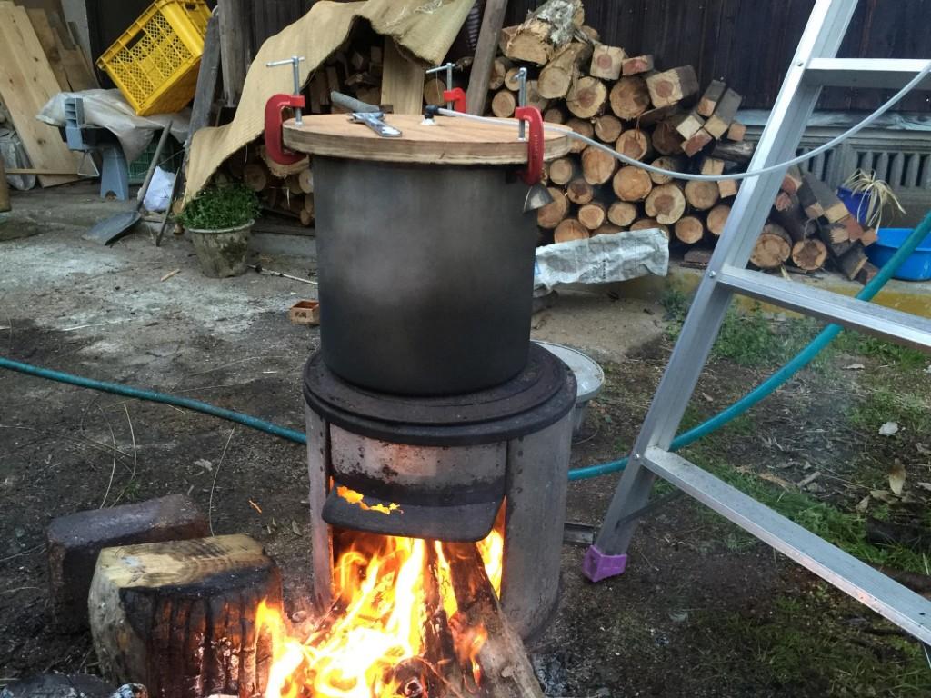 かまどの直火で水蒸気蒸留
