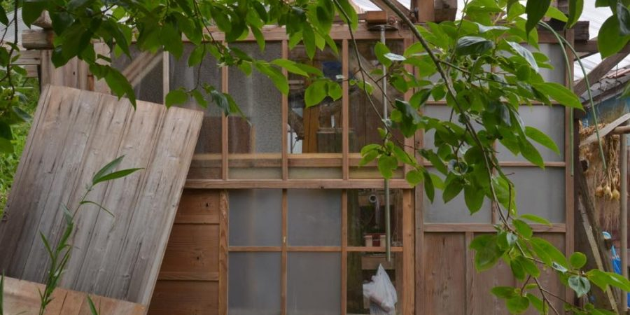 古い建具を利用した小屋の壁